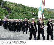 Купить «Строй моряков, возглавляемые знаменоносцами-гвардейцами», эксклюзивное фото № 481900, снято 13 июля 2008 г. (c) Иван Мацкевич / Фотобанк Лори