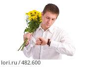 Купить «Молодой человек в белой рубашке  ждет с цветами девушку на свидание», фото № 482600, снято 27 сентября 2008 г. (c) Баевский Дмитрий / Фотобанк Лори