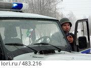Купить «Боец укрывается за машиной», фото № 483216, снято 20 марта 2008 г. (c) Дмитрий Лемешко / Фотобанк Лори
