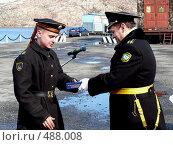 Купить «Награждение моряка подарком», эксклюзивное фото № 488008, снято 8 мая 2007 г. (c) Иван Мацкевич / Фотобанк Лори