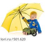 Купить «Годовалый малыш с желтым зонтиком», фото № 501620, снято 8 октября 2008 г. (c) Лисовская Наталья / Фотобанк Лори