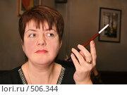Купить «Женщина с сигаретой в мундштуке», фото № 506344, снято 26 марта 2019 г. (c) Losevsky Pavel / Фотобанк Лори
