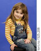 Улыбающаяся девочка на синем фоне. Стоковое фото, фотограф Виталий Меркулов / Фотобанк Лори
