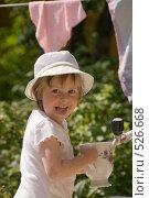Купить «Ребенок на даче моет посуду», фото № 526668, снято 8 июля 2008 г. (c) Кирилл Савельев / Фотобанк Лори