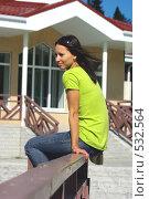 Девушка сидит на перилах. Стоковое фото, фотограф Александр Тимофеев / Фотобанк Лори