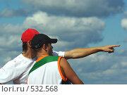 Молодые люди на фоне неба (2008 год). Редакционное фото, фотограф Александр Тимофеев / Фотобанк Лори