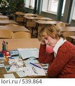 Купить «Уставшая учительница в пустом классе», эксклюзивное фото № 539864, снято 1 ноября 2008 г. (c) Ирина Солошенко / Фотобанк Лори