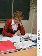 Купить «Учительница задумалась», эксклюзивное фото № 539916, снято 1 ноября 2008 г. (c) Ирина Солошенко / Фотобанк Лори