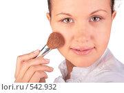 Купить «Девушка наносит макияж», фото № 542932, снято 21 октября 2018 г. (c) Losevsky Pavel / Фотобанк Лори