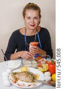Купить «Женщина фарширует кальмаров креветками», фото № 545008, снято 3 ноября 2008 г. (c) Ольга Кедрова / Фотобанк Лори