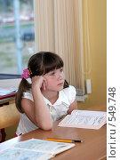 Купить «Школьница за партой на уроке слушает учителя», фото № 549748, снято 23 августа 2008 г. (c) Татьяна Белова / Фотобанк Лори