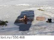 Купить «Морж - мужчина, плывущий в проруби зимой», фото № 550468, снято 5 апреля 2008 г. (c) Max Toporsky / Фотобанк Лори