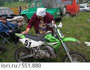 Бабушка моет мотоцикл внука перед финальным заездом (2006 год). Редакционное фото, фотограф Денис Березин / Фотобанк Лори