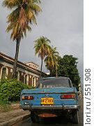 """Машина """"Москвич"""" на фоне пальм, улица Гаваны, Куба (2006 год). Редакционное фото, фотограф Денис Березин / Фотобанк Лори"""