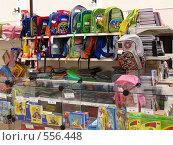 Купить «Школьные ранцы на витрине», фото № 556448, снято 1 апреля 2020 г. (c) Галина Хорошман / Фотобанк Лори
