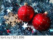 Купить «Красные елочные шары с мишурой. Новый год.», фото № 561896, снято 15 ноября 2008 г. (c) Карелин Д.А. / Фотобанк Лори