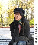Купить «Девушка в парке с листьями в руках», фото № 562016, снято 8 октября 2008 г. (c) Александр Михалёв / Фотобанк Лори