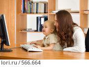 Купить «Мама и ребенок смотрят в монитор», фото № 566664, снято 15 ноября 2008 г. (c) Андрей Щекалев (AndreyPS) / Фотобанк Лори