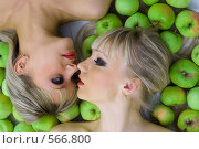 Купить «Две блондинки и яблоки», фото № 566800, снято 12 октября 2008 г. (c) Михаил Мандрыгин / Фотобанк Лори