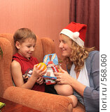 Купить «Мама и сын с новогодним подарком», фото № 568060, снято 18 ноября 2008 г. (c) Анна Игонина / Фотобанк Лори