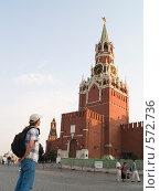 Купить «Человек смотрит на куранты», фото № 572736, снято 21 августа 2007 г. (c) Туркин Вадим / Фотобанк Лори