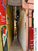 Прага. Самая узкая улица с светофором. (2008 год). Редакционное фото, фотограф Артем Абрамян / Фотобанк Лори