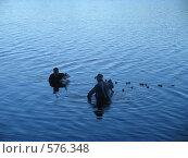 Двое мужчин на рыбалке с сетью (2005 год). Редакционное фото, фотограф Олеся Шувалова / Фотобанк Лори