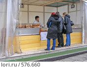 Купить «Торговля выпечкой на улице», эксклюзивное фото № 576660, снято 21 ноября 2008 г. (c) lana1501 / Фотобанк Лори