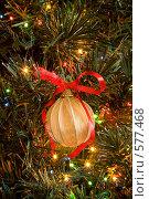 Купить «Новогодний шар на сверкающей елке», фото № 577468, снято 22 ноября 2008 г. (c) Архипова Мария / Фотобанк Лори