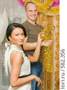 Купить «Пара украшает квартиру к новому году», фото № 582356, снято 9 октября 2008 г. (c) Ольга Красавина / Фотобанк Лори