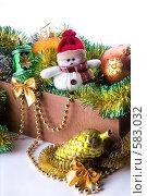 Купить «Плюшевый снеговичок в коробке с мишурой и елочными игрушками», фото № 583032, снято 26 января 2006 г. (c) Юлия Сайганова / Фотобанк Лори