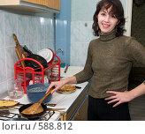 Купить «Девушка у газовой плиты жарит блины», фото № 588812, снято 27 ноября 2008 г. (c) Денис Шароватов / Фотобанк Лори