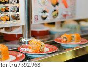 Купить «Суши с икрой на транспортерной ленте, суши-бар в Японии», фото № 592968, снято 26 ноября 2008 г. (c) Алексей Еманов / Фотобанк Лори