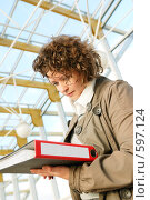 Купить «Молодая девушка, подписывающая документы», фото № 597124, снято 15 ноября 2008 г. (c) Дмитрий Яковлев / Фотобанк Лори