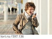 Купить «Молодая девушка с мобильным телефоном в руках», фото № 597136, снято 15 ноября 2008 г. (c) Дмитрий Яковлев / Фотобанк Лори