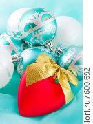 Купить «Рождественские украшения, красное сердечко на переднем плане», фото № 600692, снято 5 декабря 2008 г. (c) Ольга Красавина / Фотобанк Лори