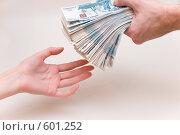 Купить «Потребительский кредит из рук в руки», фото № 601252, снято 3 декабря 2008 г. (c) Виталий Романович / Фотобанк Лори