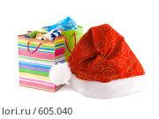 Купить «Новогодний красный колпак и пакеты с подарками», фото № 605040, снято 4 декабря 2008 г. (c) Ольга Красавина / Фотобанк Лори