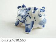Купить «Фарфоровый бычок на светлом фоне. Гжель», фото № 610560, снято 16 августа 2018 г. (c) Алла Матвейчик / Фотобанк Лори