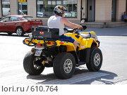 Квадроцикл на городском перекрестке (2006 год). Редакционное фото, фотограф Владимир Горев / Фотобанк Лори
