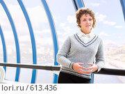 Купить «Молодая девушка на фоне городской набережной», фото № 613436, снято 15 ноября 2008 г. (c) Евгений Захаров / Фотобанк Лори