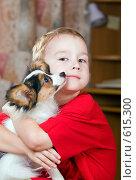 Щенок папийона на руках у мальчика, фото № 615300, снято 29 октября 2008 г. (c) Сергей Лаврентьев / Фотобанк Лори