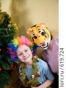 Купить «Ребенок с мамой в маске тигра у елки», фото № 619724, снято 14 декабря 2008 г. (c) Куликова Татьяна / Фотобанк Лори