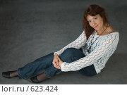 Купить «Девушка улыбается в задумчивости», фото № 623424, снято 5 декабря 2008 г. (c) Владимир Воякин / Фотобанк Лори