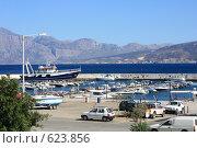 Купить «Катера, лодки и машины в порту, Греция, о.Крит», эксклюзивное фото № 623856, снято 9 августа 2008 г. (c) Яна Королёва / Фотобанк Лори