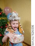 Купить «Мальчик в костюме тигра с куском мяса», фото № 624036, снято 14 декабря 2008 г. (c) Куликова Татьяна / Фотобанк Лори