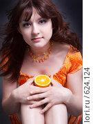 Купить «Девушка с апельсином», фото № 624124, снято 15 августа 2018 г. (c) Ольга С. / Фотобанк Лори