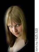 Девушка с загадочным взглядом на темном фоне. Стоковое фото, фотограф Арина Соколова / Фотобанк Лори