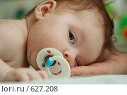 Грудной ребенок лежит на животе и смотрит в камеру. Стоковое фото, фотограф Егор Половинкин / Фотобанк Лори
