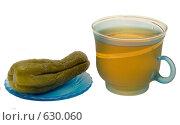 Купить «Стеклянная кружка с чаем и солёный огурец на белом фоне», фото № 630060, снято 13 марта 2008 г. (c) Гребенников Виталий / Фотобанк Лори